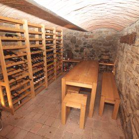 Posezení do sklípku s regály na víno