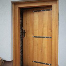 Masivní venkovní dubové dveře do vinného sklípku