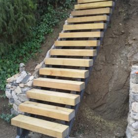 Venkovní schody z akátových pražců