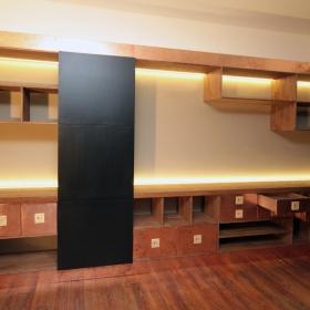 Dubová skříň s měděnými prvky