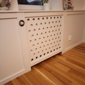 Kazetové obložení stěny s radiátorem