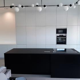 Bílo-černá lakovaná kuchyň