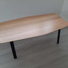 Vzdušně působící jídelní stůl