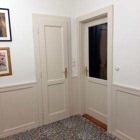 Lakované dveře s obložením stěn