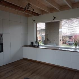 Bíle lakovaná kuchyň